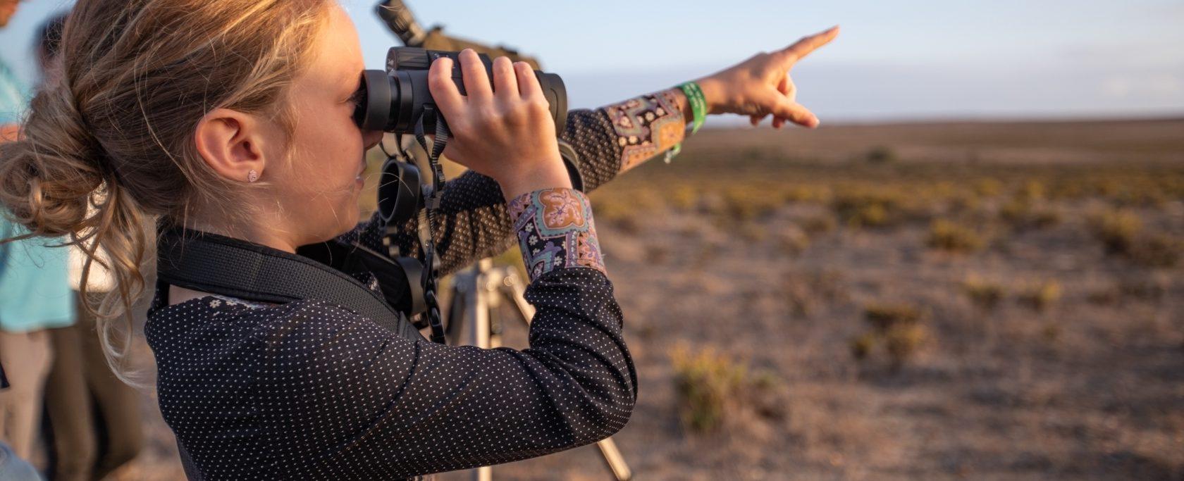 menina a observar aves por binóculos e apontar, Sagres