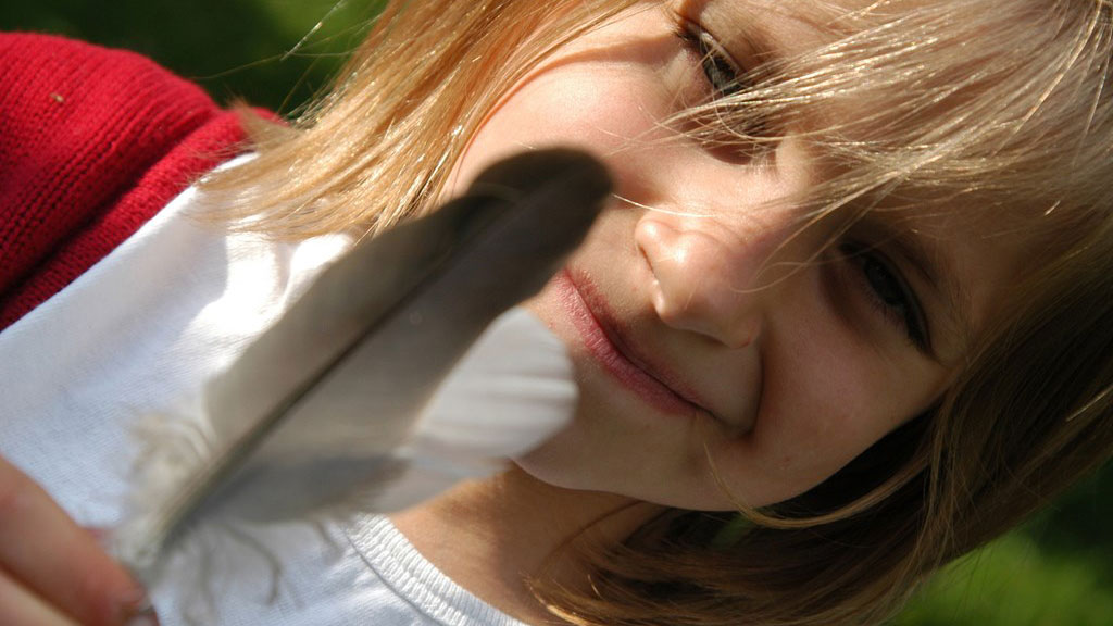 rapariga a segurar penas